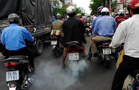 Trong khí thải xe máy có benzene - chất gây ung thư.