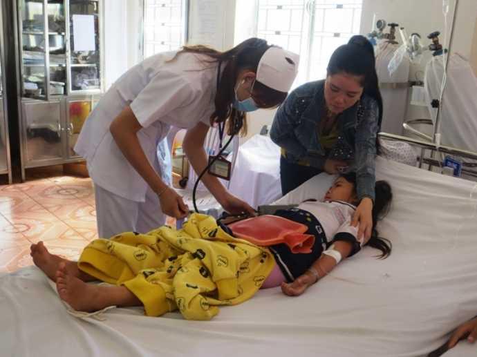 Một học sinh đang điều trị tại Trung tâm y tế huyện Châu Đức sau khi ăn sữa chua Dutch Lady miễn phí tại trường