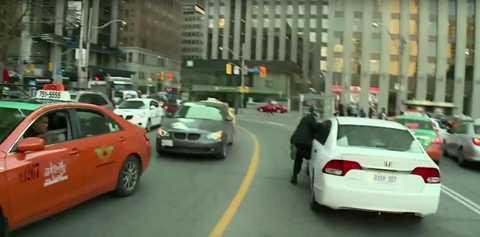 Một lái xe taxi truyền thống đang đe dọa tài xế xe UberX ở Canada