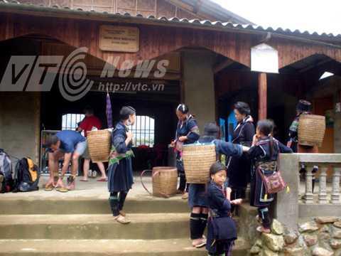 Tây ba lô rất thích ở nhà người Mông tại Lao Chải để khám phá văn hóa