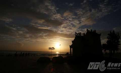 Đến với biển Đà Nẵng vào mỗi buổi bình minh,   bạn không chỉ cảm nhận được sự bình yên, quang đãng của nơi đây mà   dường như cả những mệt nhọc của cuộc sống nhộn nhịp hàng ngày cũng được   gạt lại phía sau.