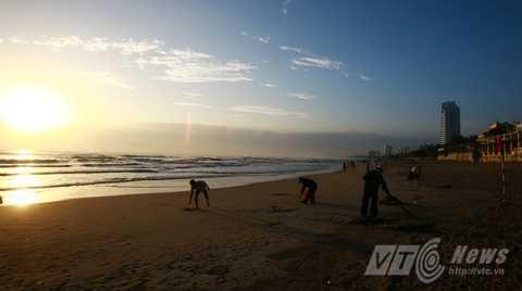 Những công nhân vệ sinh có mặt từ rất sớm để gìn giữ vẻ đẹp của biển Đà Nẵng
