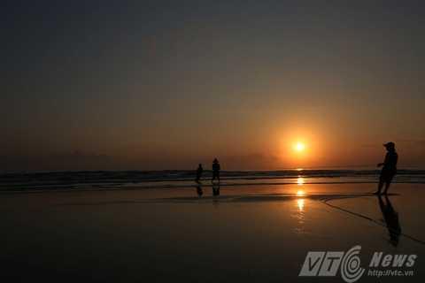 Mỗi buổi sớm, người dân làng chài lại tấp nập nơi bờ biển