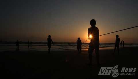 Kéo lưới rùng là một trong những hoạt động đánh bắt thường nhật của ngư dân ven biển Đà Nẵng