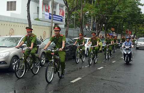 Cảnh sát khu vực Đà Nẵng đi tuần bằng xe đạp