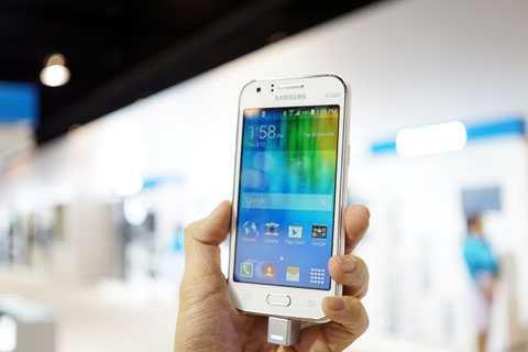 Galaxy J1 là smartphone hiếm hoi đến từ một nhà sản xuất lớn ra mắt trong năm nay với giá dưới 3 triệu đồng. Ảnh: Duy Tín.