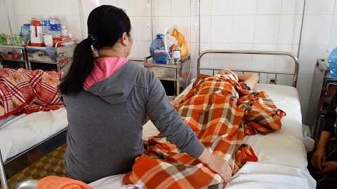 Người nhàđang chăm sóc nạn nhân tại bệnh viện