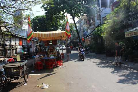 Đám tang được tổ chức ngay bên góc đường.