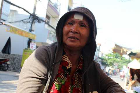 Bà Lắm khóc ngất tại đám tang đứa con gái ruột.