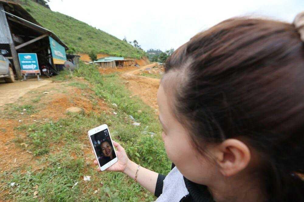 Chị Nguyễn Thị Nhịp gọi Facetime cho mẹ ở Lâm Đồng.  Ảnh: Vũ Minh Quân