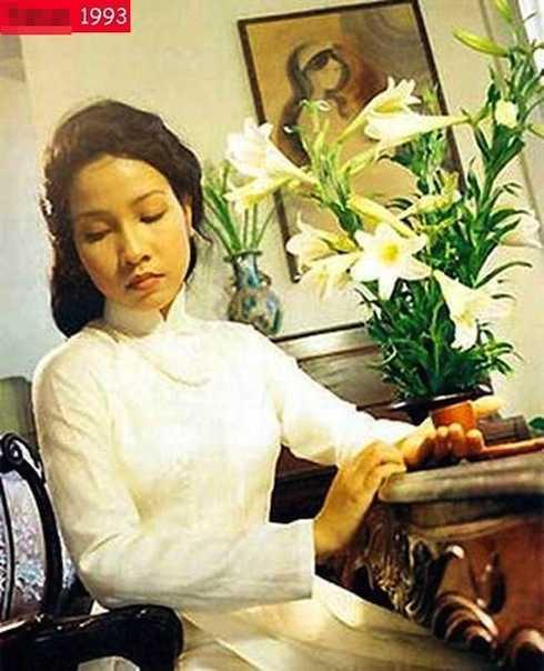Năm 18 tuổi, Mỹ Linh tham gia ban nhạc Hoa sữa, bắt đầu được biết đến với những ca khúc như Hà Nội đêm trở gió, Thì thầm mùa xuân. Hình ảnh của chị trong thời gian này khá giản dị, nữ tính.