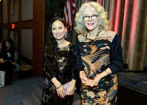 Hà Phương và Blythe Danner (từng thắng giải Tony và Emmy, đồng thời là mẹ của nữ diễn viên nổi tiếng Gwyneth Paltrow).