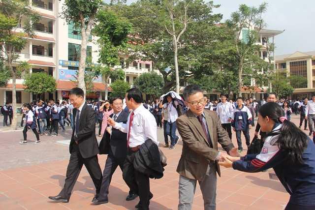 Giáo sư Ngô Bảo Châu thăm Trường THPT Chuyên - Trường Đại học Vinh. Tại đây, GS Ngô Bảo Châu đã nhận được sự chào đón nồng nhiệt của lãnh đạo trường và đặc biệt là các em học sinh. Nhiều học sinh không bỏ lỡ cơ hội được bắt tay, nói chuyện với thần tượng của mình.