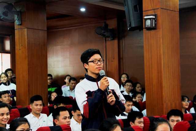 Nhiều sinh viên, học sinh tại ĐH Vinh đã đặt nhiều câu hỏi khó cho GS Ngô Bảo Châu