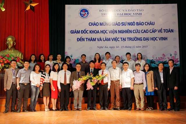 GS Ngô Bảo Châu chụp ảnh lưu niệm cùng các cán bộ, giảng viên tại ĐH Vinh
