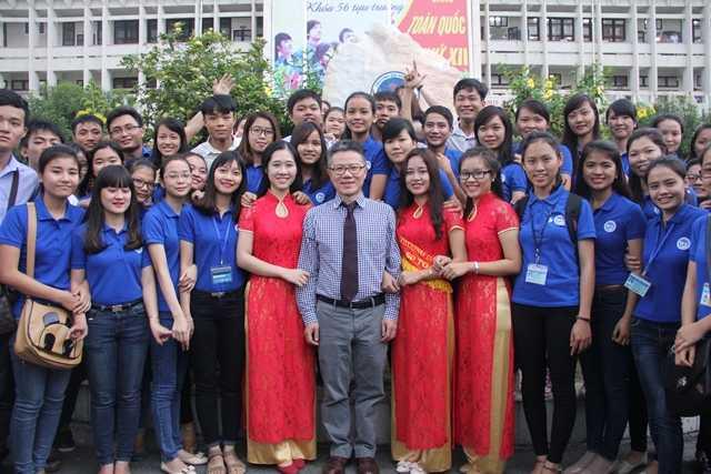 Các bạn sinh viên, học sinh tại ĐH Vinh không bỏ lỡ cơ hội được chụp ảnh lưu niệm cùng thần tượng.
