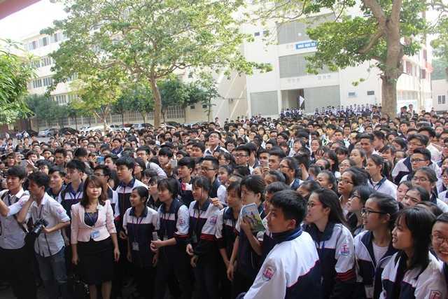 Hàng nghìn học sinh chăm chú lắng nghe những chia sẻ của GS Ngô Bảo Châu. Đây là cơ hội hiếm có để các bạn học sinh, sinh viên tại Nghệ An, Hà Tĩnh có thể gặp và lắng nghe chia sẻ trực tiếp từ vị giáo sư nổi tiếng này