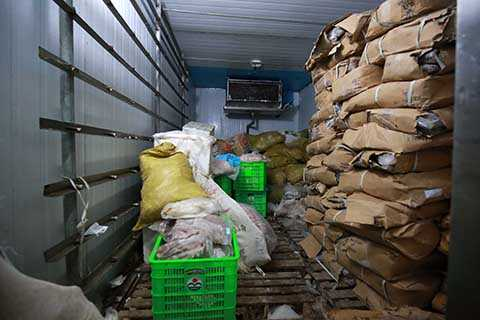 Hàng tấn thực phẩm bẩn bốc mùi hôi thối nồng nặc