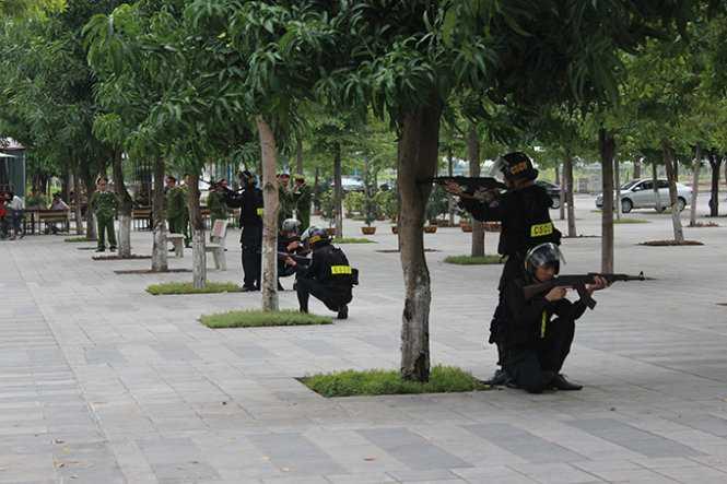 Cảnh sát cơ động ở nhiều vị trí bao vây bên ngoài nhà thi đấu, sẵn sàng nổ súng khi có lệnh