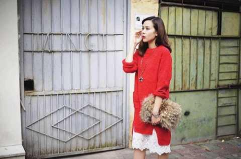 Ca sĩ Lưu Hương Giang ngày một thời trang và luôn bắt kịp xu hướng. Cô đã bắt đầu chuyển trang phục sang màu đỏ, trắng, xanh để đón Giáng Sinh. Đầm layer len đỏ phủ ren trắng rất điệu đà và thanh lịch.
