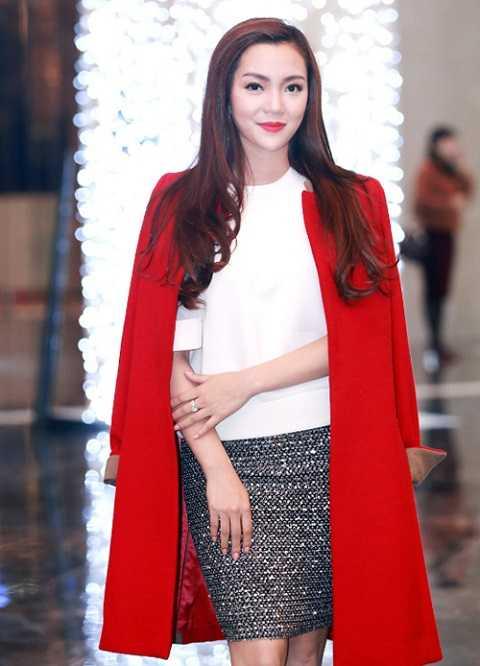 Ca sĩ Ngọc Anh nổi bật với áo khoác đỏ trong ngày đông. Áo trắng phối tinh tế với váy bút chì ánh kim cùng áo khoác đỏ tạo nên set đồ hoàn hảo cho đêm Giáng Sinh.