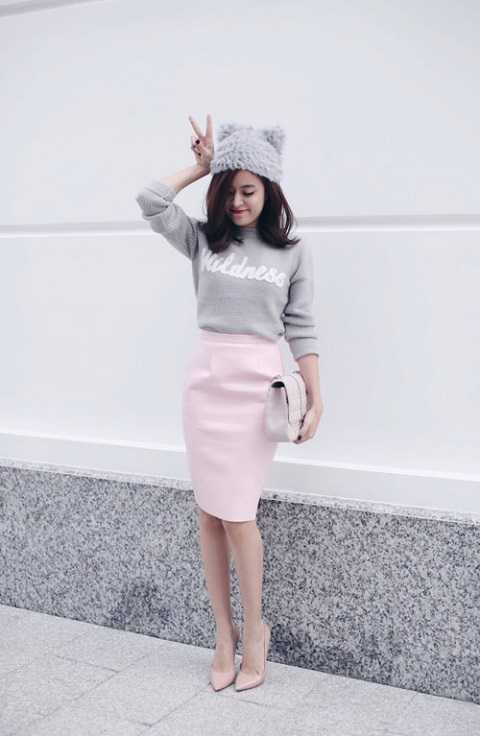 Dù không màu sắc rực rỡ nhưng nhìn vào Hoàng Thùy Linh là đã thấy Giáng Sinh đang ở quanh đây. Cô nàng tạo dáng nhí nhảnh với chiếc mũ beanie cùng áo sweater xám bạc, váy bút chì và giày hồng pastel.