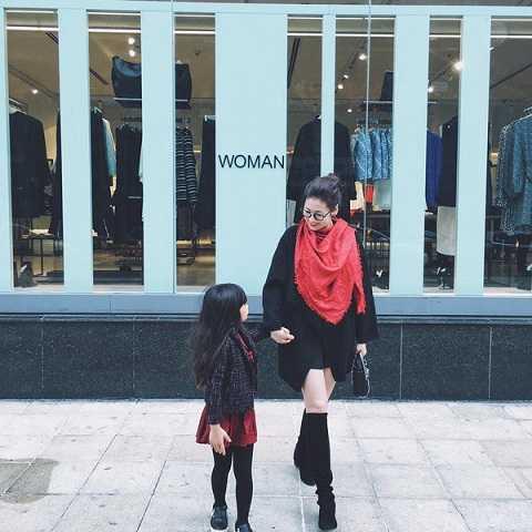 Dù tiết trời ngoài Bắc đã khá lạnh nhưng các mỹ nhân vẫn thích khoe chân. Á hậu Tú Anh khéo léo khoe đùi thon qua váy ngắn nhưng bù lại là chiếc áo dạ oversize, bốt cao ngang gối và khăn choàng đỏ đã giúp cô giữ ấm cũng như tạo phong cách sành điệu.