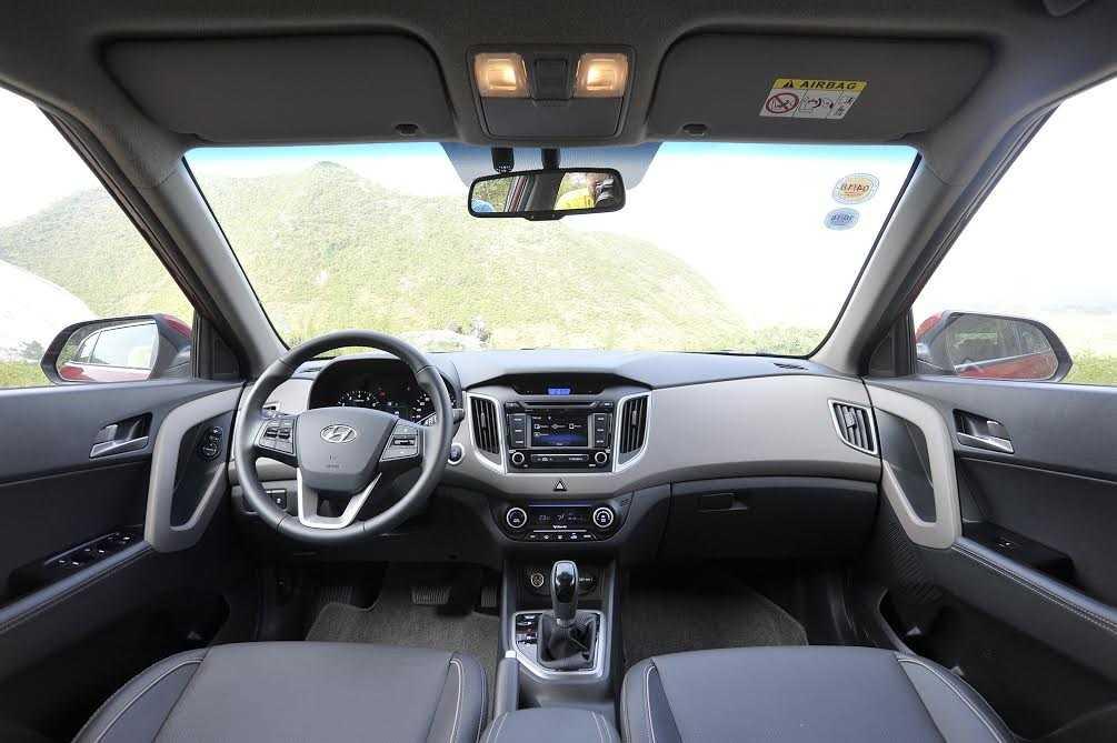 Creta cũng khá duyên dáng với trang bị nội thất bên trong với ghế ngồi bọc da kháng khuẩn, ghế lái chỉnh điện...