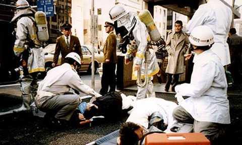 Cấp cứu nạn nhân bị nhiễm độc sarin năm 1995 tại Tokyo (Nhật Bản)
