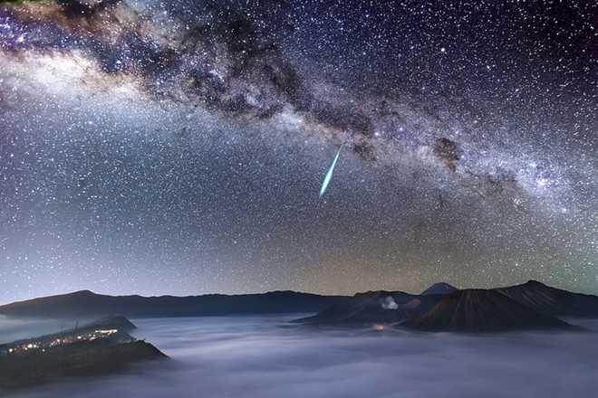 Mưa sao băng Eta Aquarids trên núi lửa Bromo, Indonesia - Ảnh: Justin Ng
