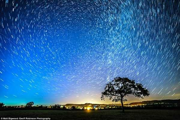 Cảnh tượng ngoạn mục của một số vệt sao băng trên bầu trời ở Gloucestershire, Anh