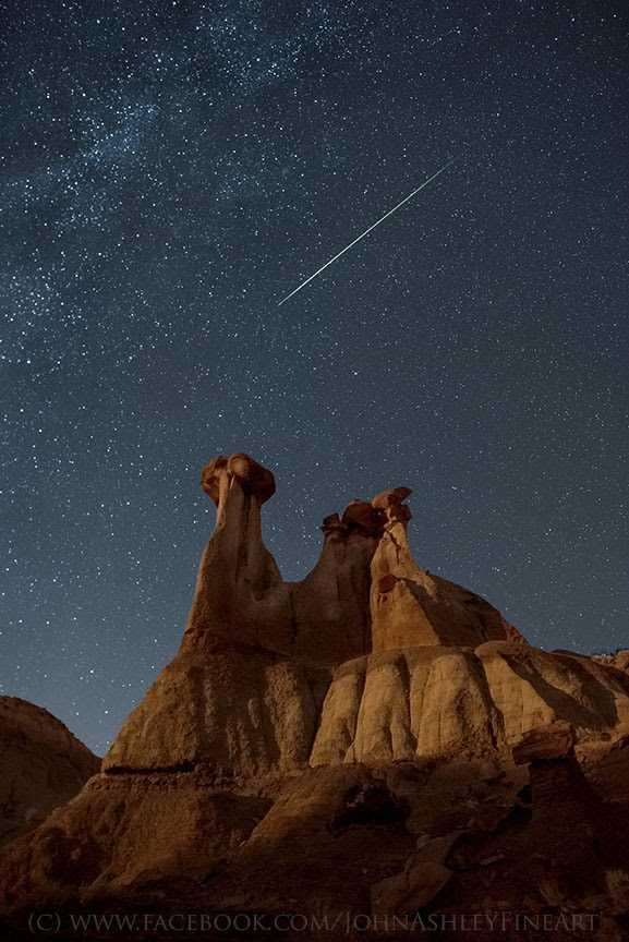 Mưa sao băng Orionid chụp ở công viên Makoshika State, gần Glendive, Montana
