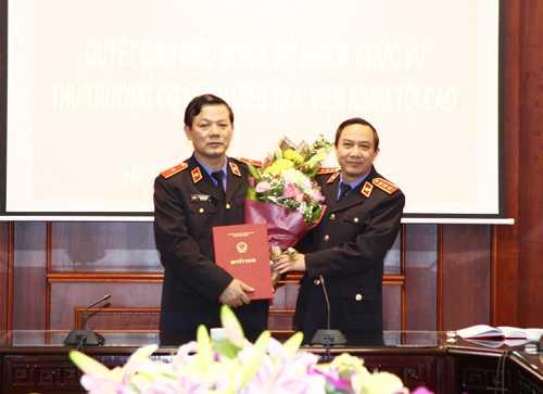 Ông Bùi Mạnh Cường - Phó viện trưởng VKSND Tối cao trao quyết định cho ông Vũ Đăng Khoa (trái). Ảnh: TCKS.