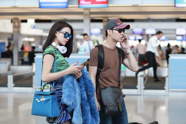 Chiếc áo lông tiệp màu cùng trang phục và túi xách giúp Trà Ngọc Hằng có phong cách cực kỳ thời trang.