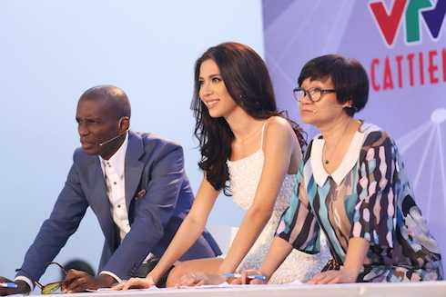 Minh Tú trên ghế giám khảo.