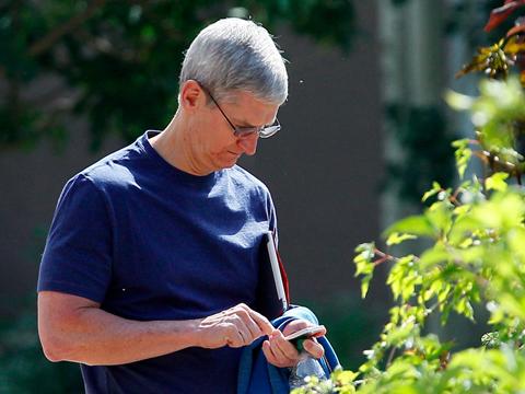 Tim Cook đang gặp khó khăn với iPhone