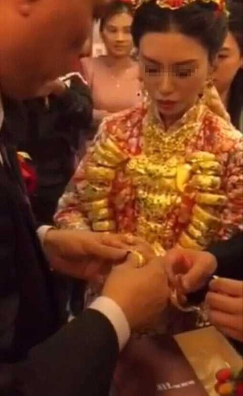 Cô dâu tiếp tục được trao nhẫn, vòng tay