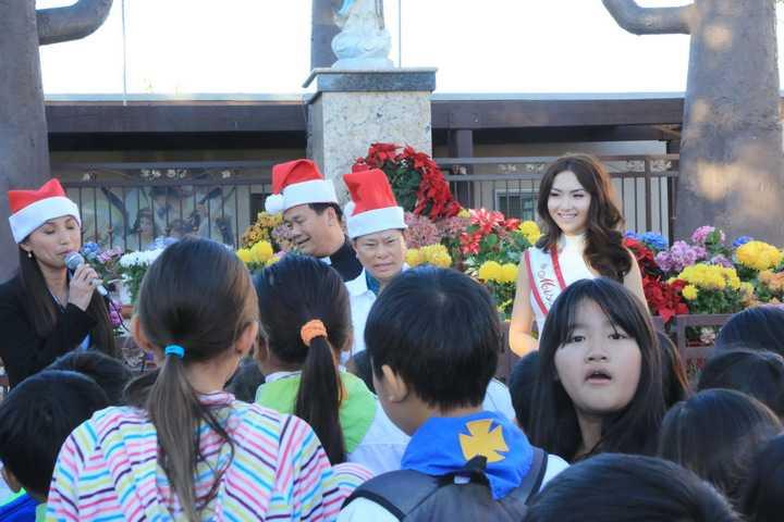 Cuối tuần qua tại Mỹ, HH Jennifer Chung cùng ông Hoàng Kiều – một tỷ phú nổi tiếng của Việt Nam tại Mỹ đã đi từ thiện cùng nhau. Là một người kĩ tính trong việc lựa chọn người đồng hành cùng mình trong các hoạt động xã hội, nhưng ông Hoàng Kiều lại hoàn toàn yên tâm khi sánh đôi cùng HH Jennifer Chung bởi cô sở hữu một lí lịch trong sạch, được mọi người yêu quý, tôn trọng và có tiếng nói với cộng đồng.