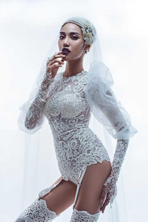 Trong bộ sưu tập lần này, Lan Khuê hóa thân thành một cô đâu hiện đại đầy nóng bỏng, ma mị và có phần táo bạo. Khác với những kiểu dáng váy cưới quen thuộc, BST lần này của NTK Kenny Thái thổi một làn gió mới đầy tươi mới cho thời trang cưới năm 2015.