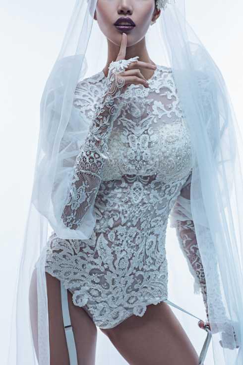 Không gói gọn trong những kiểu dáng váy cưới đuôi cá và khăn voan cổ điển, các mẫu váy cưới lần này thực sự là một sự cách tân đầy táo bạo và có lẽ chỉ dành cho những cô dâu ưa thích sự nổi loạn.