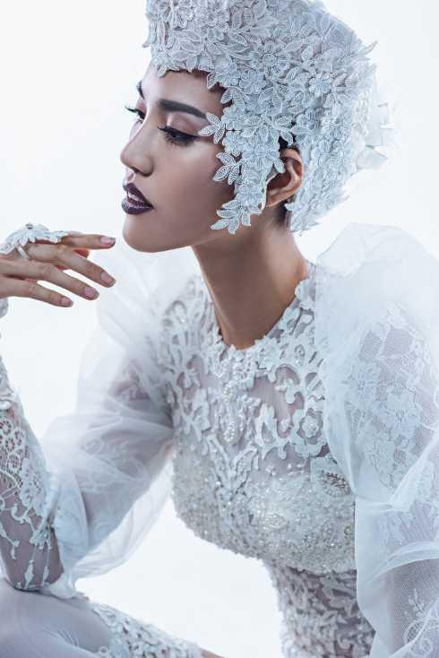 Ấn tượng nhất trong BST lần này là mẫu váy cưới bằng chất liệu ren xuyên thấu được cách điệu từ trang phục nội y, kết hợp cùng băng-đô và khăn voan mang lại vẻ ma mị và quyến rũ khó cưỡng cho những cô dâu không ngần ngại phô diễn nét đẹp của cơ thể.