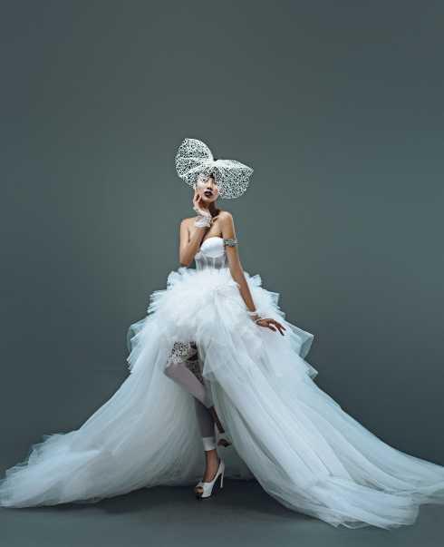 Với lợi thế của một giải vàng Siêu mẫu, Lan Khuê hóa thân đầy ấn tượng trong bộ sưu tập váy cưới lần này. Cô vừa thể hiện được những đường cong cơ thể quyến rũ, vừa biểu cảm một cách đầy chuyên nghiệp qua ánh mắt, bờ môi.