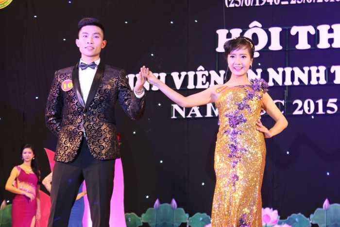 Nguyễn Trà Mi sinh năm 1995, lớp B1DS1 tự tin trình diễn phần thi trang phục tự chọn