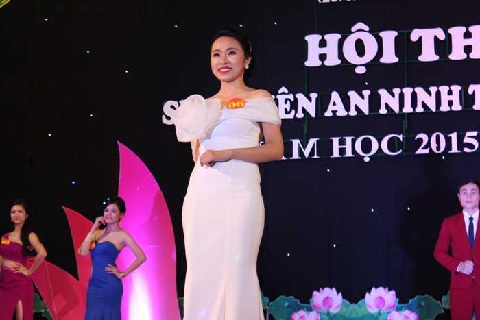 Các thí sinh trong phần thi Trang phục tự chọn.