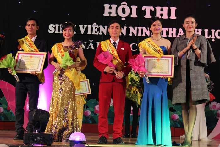 Á hậu Huyền My trao bằng khen cho 4 thí sinh đạt giải Nhì trong cuộc thi: Nguyễn Trà My (SBD 02), Giàng A Vàng (SBD 04), Nguyễn Linh Trang (SBD 08), Cao Trường Minh.