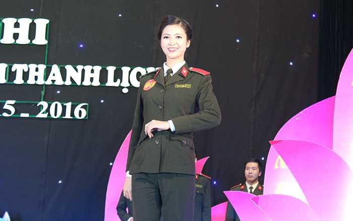 Trương Thị Tuệ Nhi nổi bật trong trang phục áo ngành.