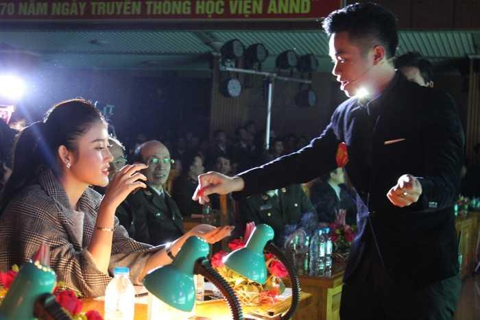 Thí sinh Nguyễn Thành Tuân thể hiện phần thi năng khiếu với màn ảo thuật, nhận được sự cỗ vũ nồng nhiệt của các học viên.