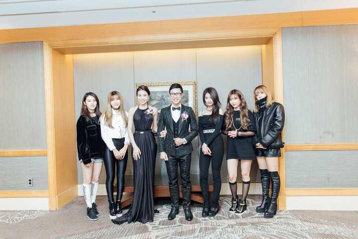 Trà Ngọc Hằng và Anh Quân đã được tập đoàn   mời chụp hình lưu niệm cùng nhóm nhạc.
