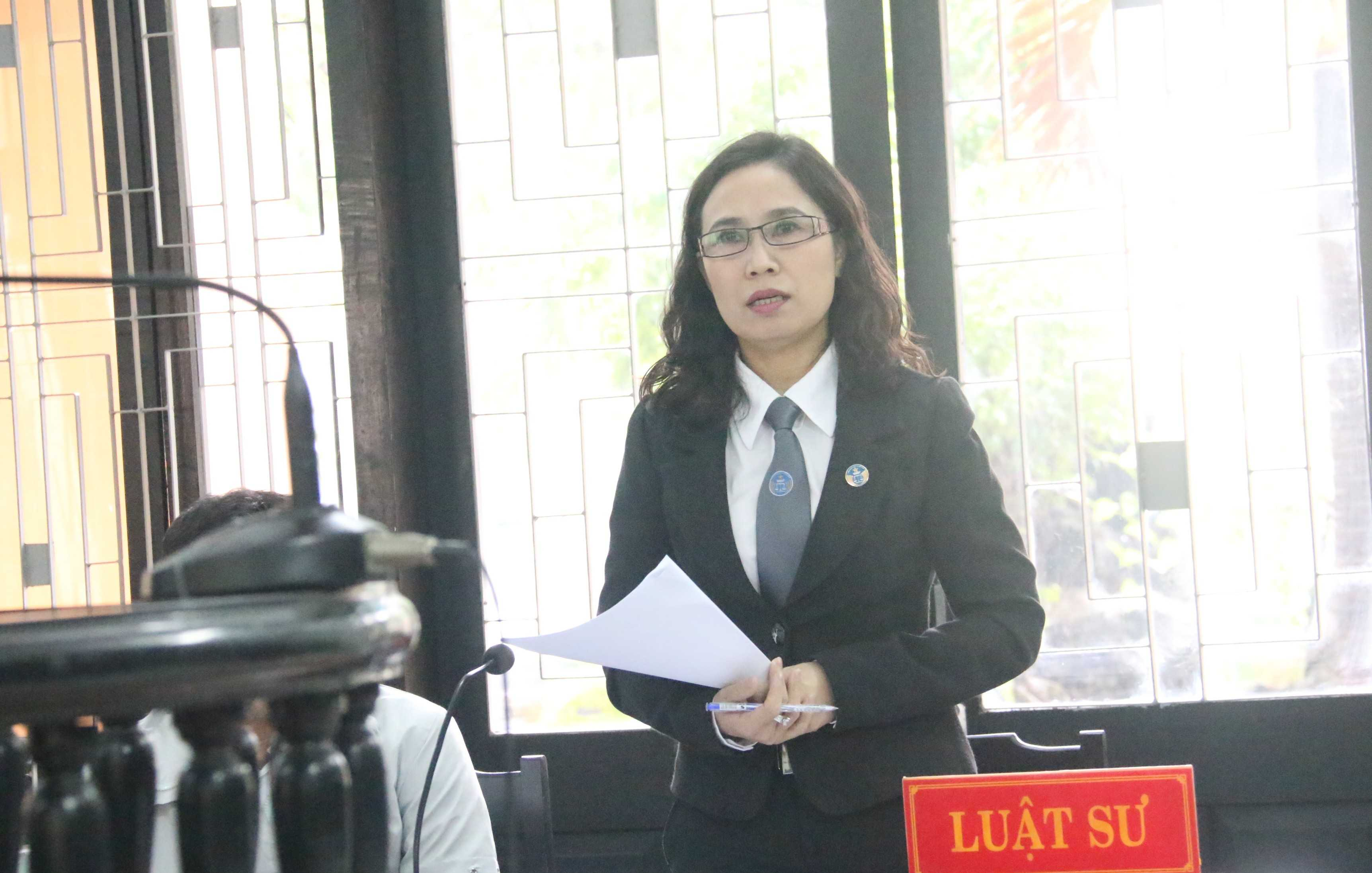 Luậ sư Lê Thị Trà My nêu ra những bất thường trong vụ án và những sai sót nghiêm trọng của cơ quan tố tụng sơ thẩm. (Ảnh: Hoàng Quân).