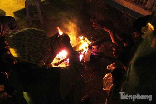 Phút nghỉ ngơi của những người lao động, công nhân môi trường tập trung bên đống lửa sưởi ấm sau khi làm việc vất vả.